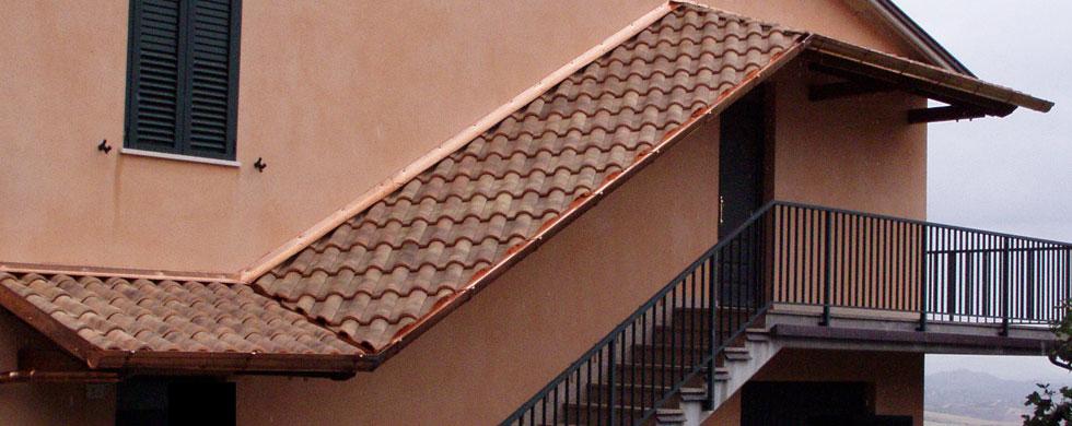 Affordable tettoie realizzate su due livelli unite da - Copertura scala esterna ...